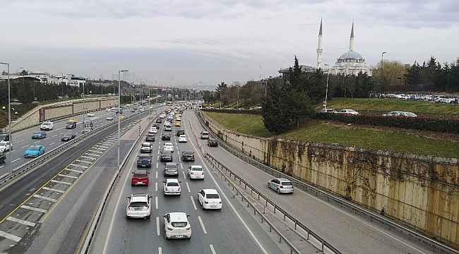 İstanbul'da cumartesi günü kısıtlamanın kalkmasıyla trafik yoğunluğu oluştu