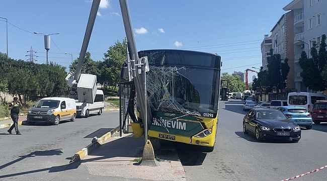 Eyüpsultan'da İETT otobüsü MOBESE direğine çarptı