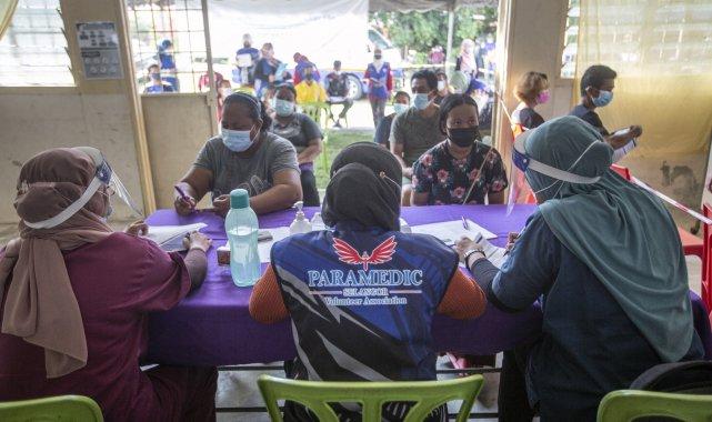 Malezya'da personeli koronaya yakalanan aşı merkezi kapatıldı