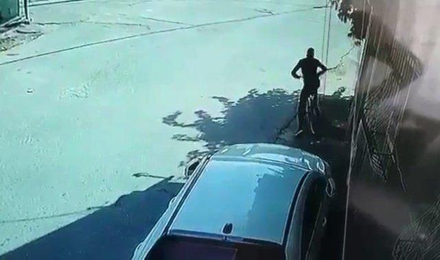 Arnavutköy'de apartman girişinde bulunan bisikleti çalıp böyle uzaklaştı