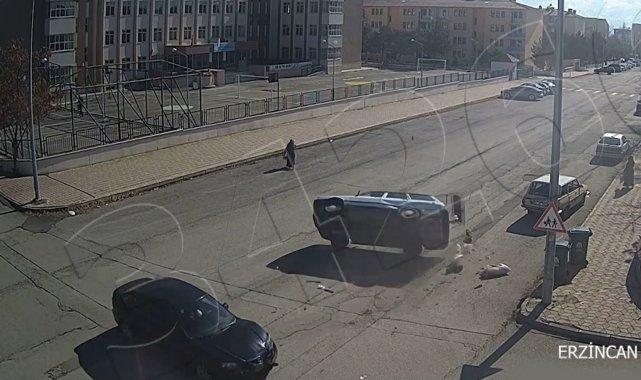 Erzincan'da çarpışma sonrası takla atan otomobil güvenlik kamerasına yansıdı