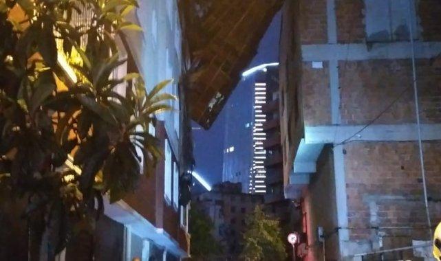 Kağıthane'de şiddetli yağış nedeniyle 5 katlı binanın çatısı uçtu